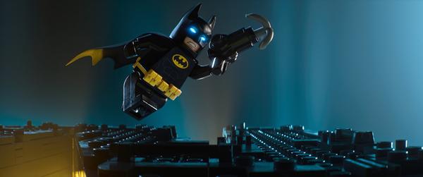 """蝙蝠侠回归""""蝙蝠洞""""  蝙蝠侠""""胖揍""""坏蛋 由华纳出品,艾美奖最佳动画短片获得者克斯里·麦凯指导的史上最具颠覆性的萌趣动画《乐高大电影:蝙蝠侠》预告片及四张全新剧照今日全球同步首发。预告片中的乐高版蝙蝠侠与传统认知中的蝙蝠侠不同,不再强调超级英雄蝙蝠侠的酷炫与神勇,主打天然呆与反差萌。"""